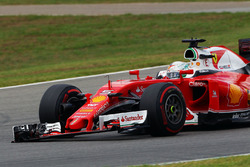 Sebastian Vettel, Ferrari SF16-H with a broken front wing