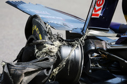 Carlos Sainz Jr., Scuderia Toro Rosso STR11 with a puncture and damaged rear wing
