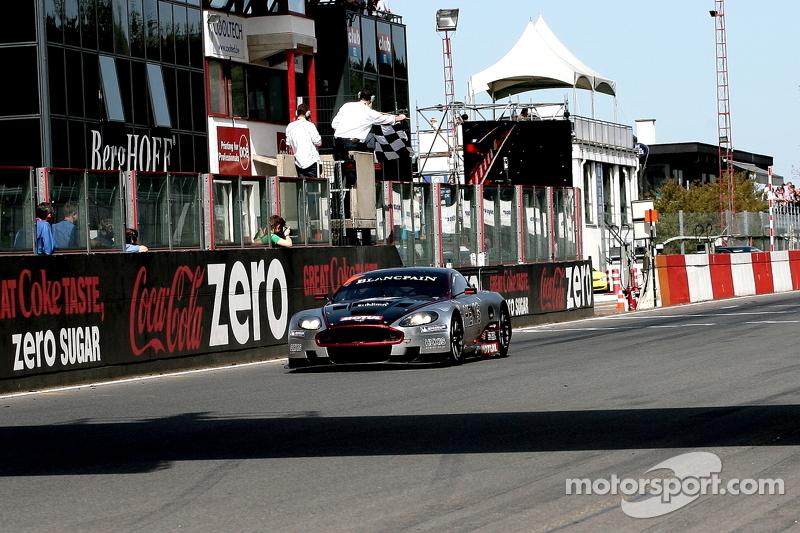 Checkered flag for #4 Hexis AMR Aston Martin DB9: Andrea Piccini, Christian Hohenadel