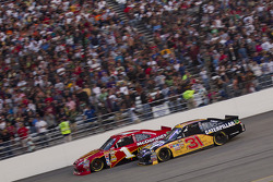 Jamie McMurray, Earnhardt Ganassi Racing Chevrolet and Jeff Burton, Richard Childress Racing Chevrolet