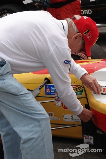 Paul Newman inspects the car of Sbastien Bourdais