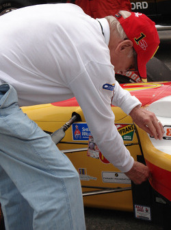 Paul Newman inspects the car of Sébastien Bourdais