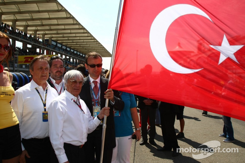 Bernie Ecclestone with the Turkish flag