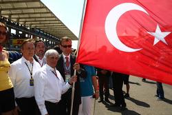 Bernie Ecclestone with the Turkish flag