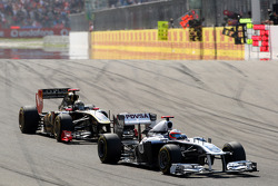Pastor Maldonado, AT&T Williams leads Nick Heidfeld, Lotus Renault GP