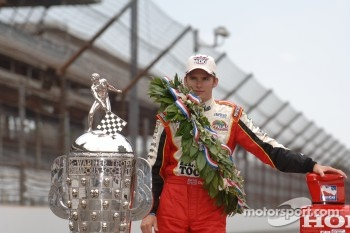 Race winner Dan Wheldon poses with the Borg Warner trophy