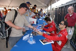 Autograph session: Helio Castroneves