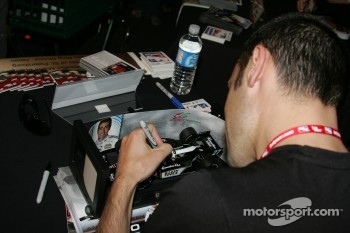 Autograph session: Dario Franchitti