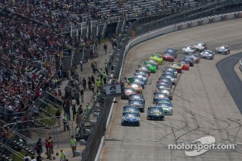 Restart: Jimmie Johnson, Hendrick Motorsports Chevrolet leads the field