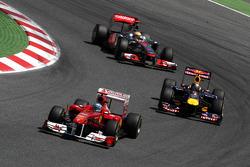 Fernando Alonso, Scuderia Ferrari leads Sebastian Vettel, Red Bull Racing and Lewis Hamilton, McLaren Mercedes