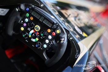 Vitaly Petrov, Lotus Renault GP, stearing wheel, detail