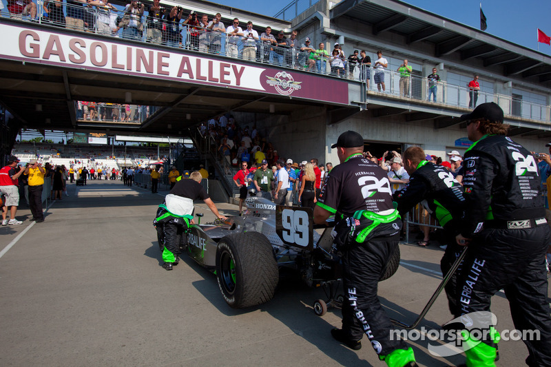 Car of Townsend Bell, Sam Schmidt Motorsports rolled to pitlane