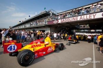 Car of Ryan Hunter-Reay, A.J. Foyt Enterprises rolled to pitlane