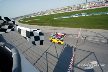 Finish IRL-style: Sam Hornish Jr. takes the checkered flag ahead of Scott Dixon and Bryan Herta