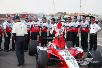 Dan Wheldon with the Andretti Green crew