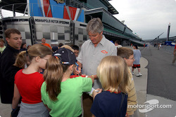 Eddie Cheever signs autographs