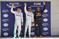 Formula 1 Foto - I primi tre delle Qualifiche nel parco chiuso (da sx a dx): Nico Rosberg, Mercedes AMG F1, secondo; Lewis Hamilton, Mercedes AMG F1, pole position; Daniel Ricciardo, Red Bull Racing, terzo