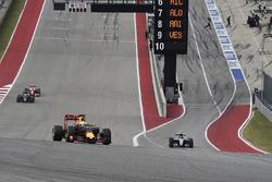 Daniel Ricciardo, Red Bull Racing RB12, Nico Rosberg, Mercedes AMG F1 W07 Hybrid
