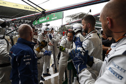 Felipe Massa, Williams, is greeted by his team after crashing