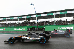 Nico Hulkenberg, Sahara Force India F1 VJM09 and Jenson Button, McLaren MP4-31 battle for position