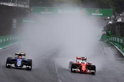 (L to R): Felipe Nasr, Sauber C35 and Sebastian Vettel, Ferrari SF16-H battle for position