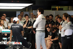 Lewis Hamilton, Mercedes AMG F1; Toto Wolff, Mercedes AMG F1 Shareholder and Executive Director; Paddy Lowe, Mercedes AMG F1 Executive Director (Technical); and Nico Rosberg, Mercedes AMG F1; at a team meeting