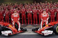 Sebastian Vettel, Ferrari ve Kimi Raikkonen, Ferrari takım fotoğrafında