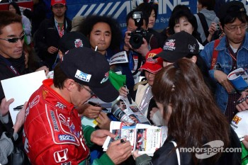 Adrian Fernandez signing autographs