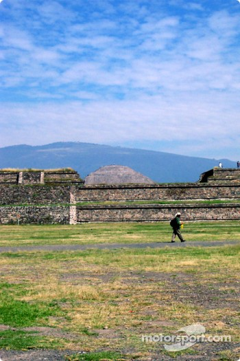 Visit at Teotihuacan pyramids: pyramids lower area