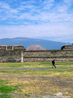 Visit at Teotihuacan pyramids: pyramids lower area