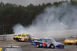 David Ragan, Roush Fenway Racing Ford and Bobby Labonte, JTG Daugherty Racing Toyota crash