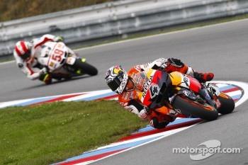 Marco Simoncelli chasing down Andrea Dovizioso