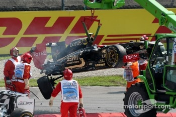 Vitaly Petrov, Lotus Renault GP car after a crash caused by Vitantonio Liuzzi, HRT F1 Team
