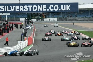 Carlos Huertas overtakes Kevin Magnussen at the start