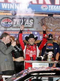 Victory lane: race winner Tony Stewart, Stewart-Haas Racing Chevrolet