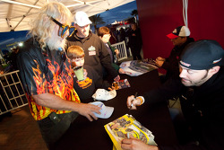 Autograph session: a colourful fan with Paul Menard, Richard Childress Racing Chevrolet