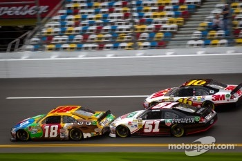 Kyle Busch, Joe Gibbs Racing Toyota, Kurt Busch, Phoenix Racing Chevrolet, Greg Biffle, Roush Fenway Racing Ford