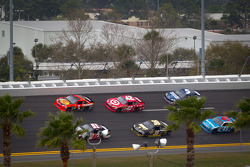 Jamie McMurray, Earnhardt Ganassi Racing Chevrolet and Kurt Busch, Phoenix Racing Chevrolet lead a group of cars