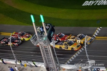 Restart: Johnny Sauter, ThorSport Racing Toyota and Jason White, GunBroker.com Racing Ford lead the field