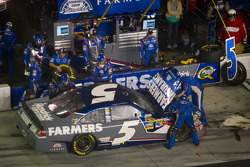 Kasey Kahne, Hendrick Motorsports Chevrolet in the pits with damage
