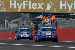 Yvan Muller, Chevrolet Cruze 1.6T, Chevrolet race winner and Robert Huff, Chevrolet Cruze 1.6T, Chevrolet 2nd position