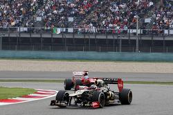 Kimi Raikkonen, Lotus leads Fernando Alonso, Ferrari