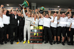 Race winner Nico Rosberg, Mercedes AMG F1 celebrates with Ross Brawn, Mercedes AMG F1 Team Principal