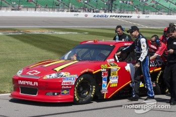 Matt Kenseth helps push Jamie McMurray, Earnhardt Ganassi Racing Chevrolet
