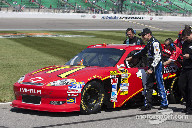 Matt Kenseth helps push Jamie McMurray, Earnhardt Ganassi Racing Chevrolet