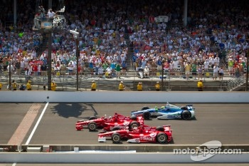 Dario Franchitti, Target Chip Ganassi Racing Honda takes the checkered flag in front of Scott Dixon, Target Chip Ganassi Racing Honda and Tony Kanaan, KV Racing Technology Chevrolet