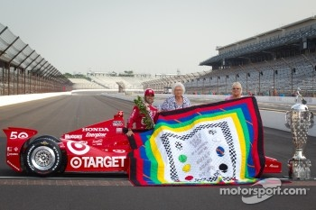 Winners photoshoot: Dario Franchitti, Target Chip Ganassi Racing Honda receives his winning quilt