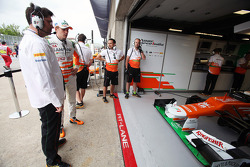 Bradley Joyce, Sahara Force India F1 Race Engineer with Nico Hulkenberg, Sahara Force India F1 in the pits