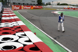 The Williams of Bruno Senna, Williams is recovered after he crashed at the Champions' Wall in the second practice session