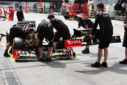 Kimi Raikkonen, Lotus F1 changes his front wing in the third practice session